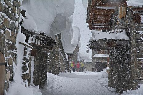 En Haute Maurienne, la rue principale de Bonneval sous la neige.