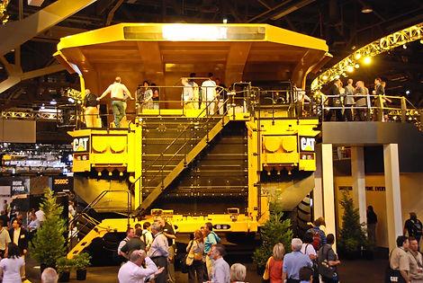 Dumper Caterpillar 797 de près de 10m de largeur 7 m de hauteur.