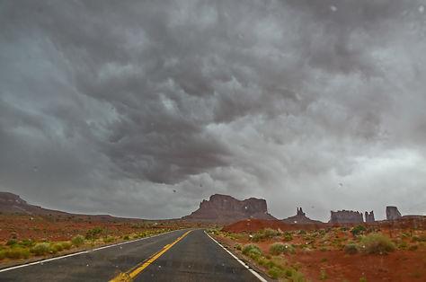 Orage en vue sur Monument Valley - Utah / Arizona.