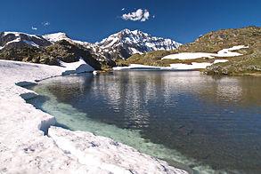 Mi juin, le lac de Bellecombe en Haute Maurienne sort à peine des glaces.