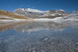 Début décembre, c'est sur un miroir de glace que se reflète la Grande Casse au Plan du Lac.