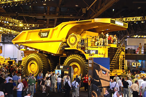 Dumper Caterpillar 795 F avec transmission électrique et 350 tonnes de charge.
