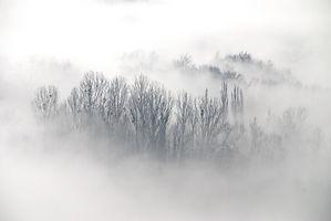Avant Pays Savoyard, le brouillard s'étend au pied des montagnes.