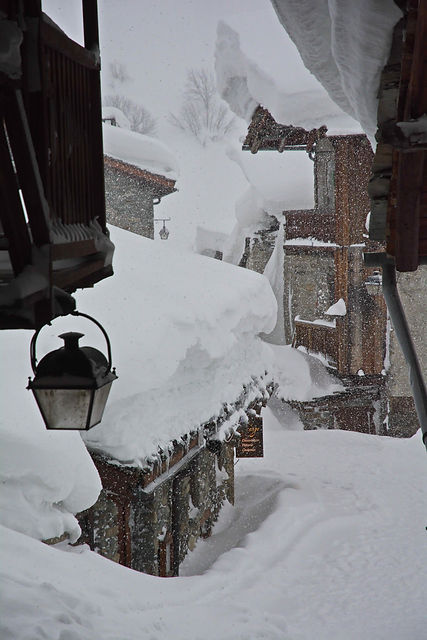 Le village de Bonneval en Haute Maurienne est enfoui sous la neige.