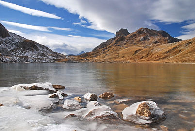 Fin octobre, le lac des Rochilles est déjà pris par les glaces pour de longs mois.