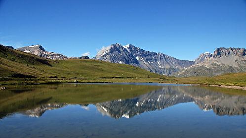 La Grande Casse, 3855 mètres se reflète dans les eaux de Plan du Lac en Haute Maurienne.