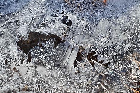 Dentelles de glace sur un ruisseau dans le Vallon de la Rocheure en Haute Maurienne Vanoise.