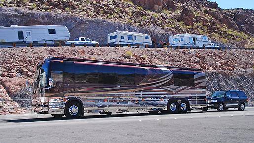 En Arizona, camping car Prevost avec voiture en remorque.