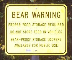 Un peu partout, en Californie et ailleurs, affiche annonçant la présence d'ours.