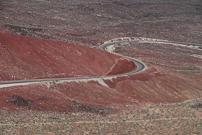 Au sortir de la Panamint Valley en Californie, la route US 190 serpente sur les terrains volcaniques