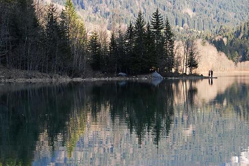 Reflets sur le lac de Vallon en Haute Savoie.
