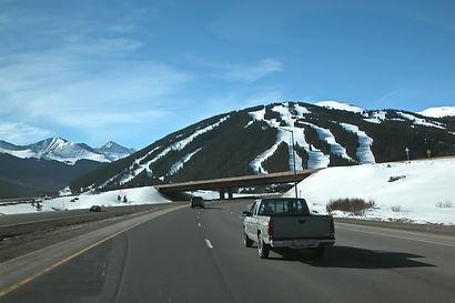 "Pistes de ski de ""Cooper Mountain"" au Colorado depuis l'autoroute Interstate 70."