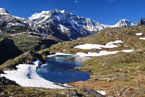 En Haute Maurienne, face à la Grande Casse, le lac de Bellecombe à la mi juin.