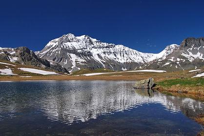La Grande Casse, sommet de la Vanoise se mire au Plan du Lac en Haute Maurienne.