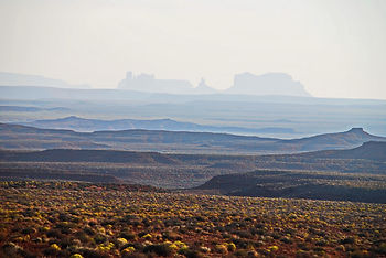 En Utah, immensité du paysage et Monument Valley dans le fond.