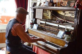 Pianiste de saloon à Silverton, Colorado.