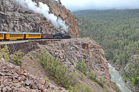 De Durango à Silverton au Colorado, le train surplombe la Animas River.