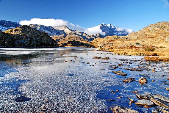 Mi octobre, le lac de Bellecombe en Maurienne est déjà entièrement gelé.
