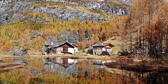 Reflets d'automne au hameau du Monal en Haute Tarentaise.