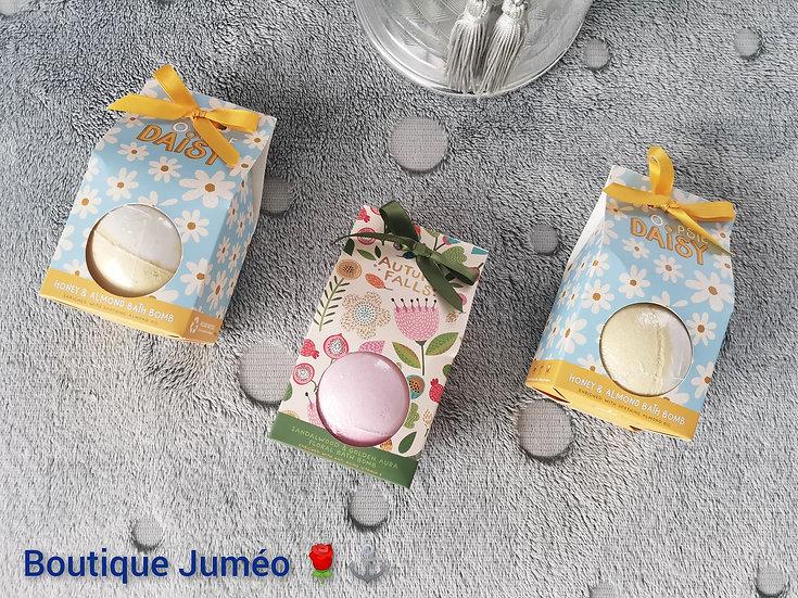 Boule de bain dans emballage cadeau fleurs