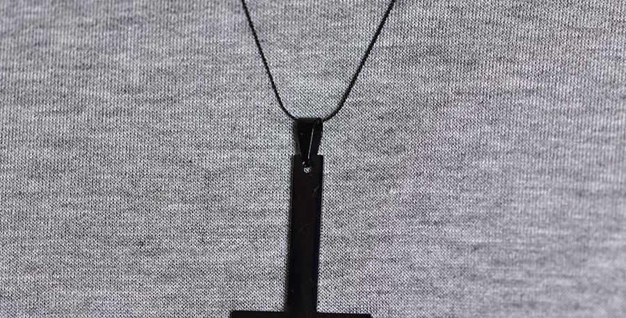 Collar cruz invertida negra 60cm