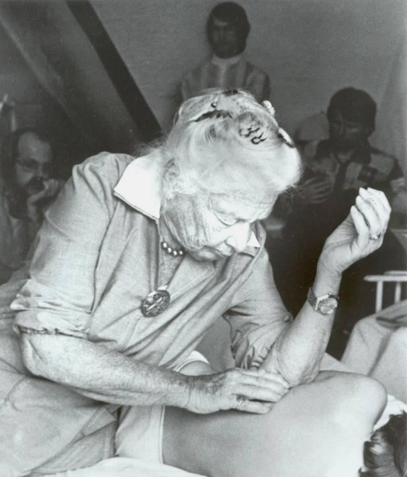 Ida Rolf bei der Behandlung