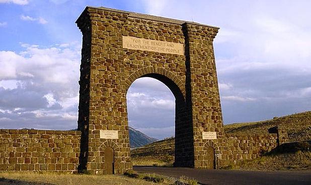 Roosevelt Arch Yellowstone.jpg