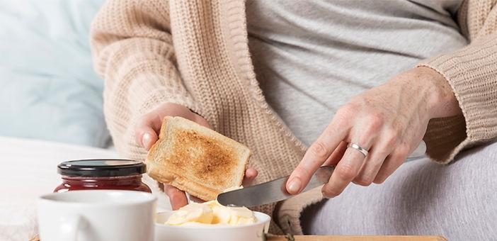 pregnant-woman-eating-bread.jpg