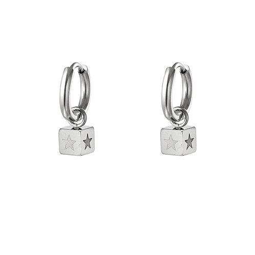 Kubus oorbellen met sterretjes - zilver