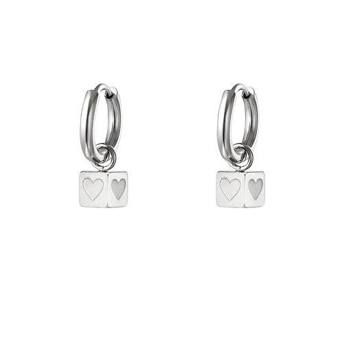 Kubus oorbellen met hartjes - zilver