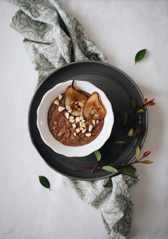 PORRIDGE D'AVENA CON CIOCCOLATO FONDENTE PERA E MANDORLE:  L'avena, il cioccolato fondente e le mandole permettono di fare il pieno di tripotofano, precursore della serotonina, ormone del buon'umore!  Ingredienti:  - 40 gr di fiocchi d'avena - 200 ml di latte d'avena - 15 gr di cioccolato fondente - 1 pera  Preparazione:  Tagliare una pera a dadini e metterlain un pentolino con i fiocchi d'avena ed il latte vegetale. Portare a bollore e far sobbollire per 5/6 minuti fino ad ottenere un composto cremoso. Aggiungere a questo punto 1 quadretto di cioccolato fondente e fatelo sciogliere. Mescolate bene e gustate con una manciata di mandorle.