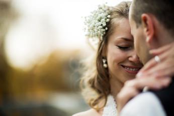 verträumte Blicke von einem Brautpaar