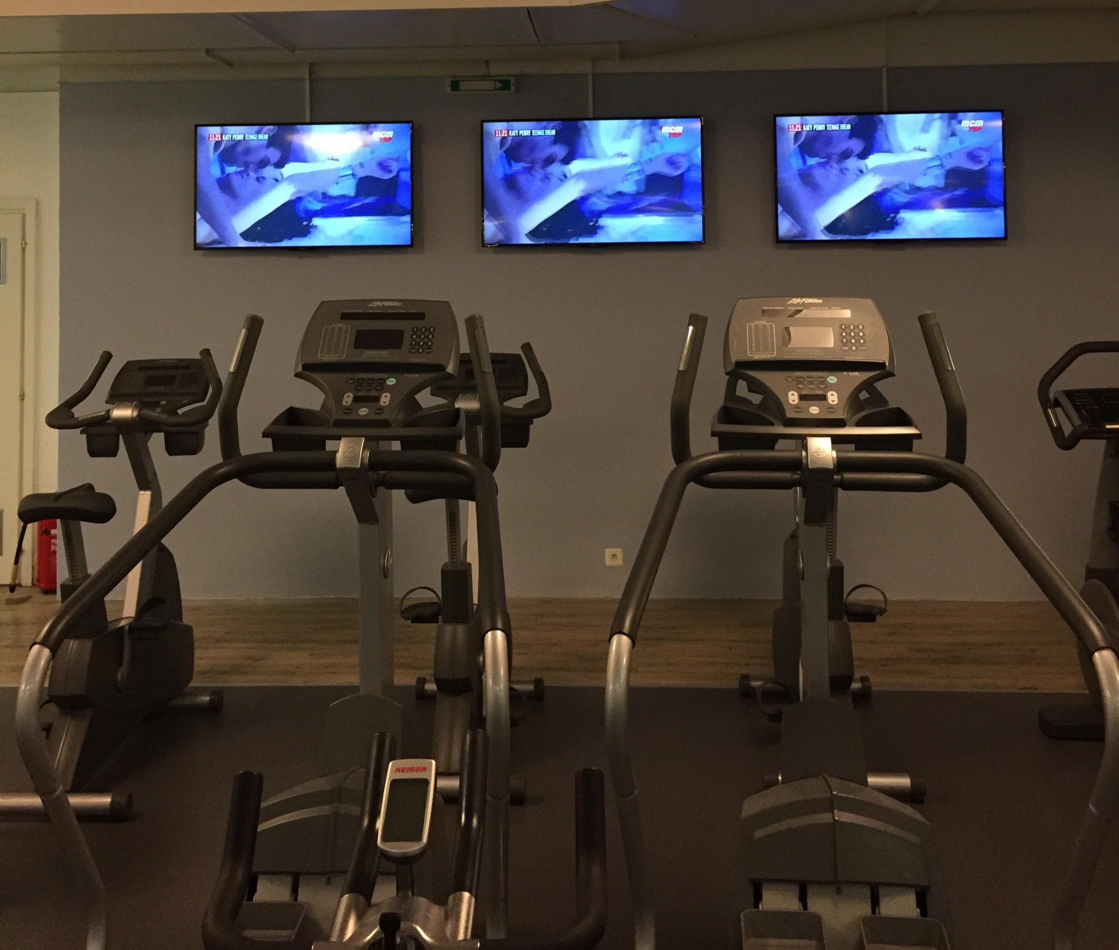 3 écrans salle de fitness