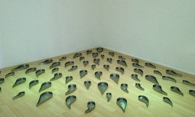 Infinite finitude, 2013 Stainless steel water drop-like containers and water.  Variable measures.