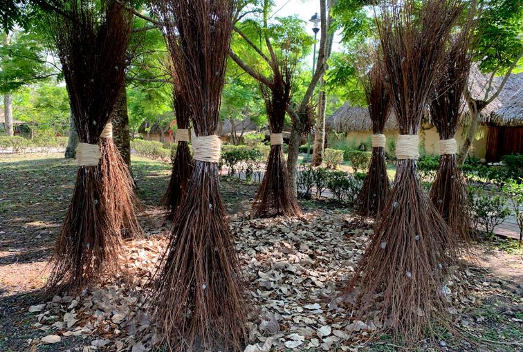 The footprint, 2019 Rods, wood, henequen, leaves, seeds, paint and electrical system. 230 x 320 m. Takilhsukut Park/ Indigenous Art Center. Tajín, Veracruz. Mexico.