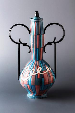 黒い輪の取っ手のついた飾り瓶