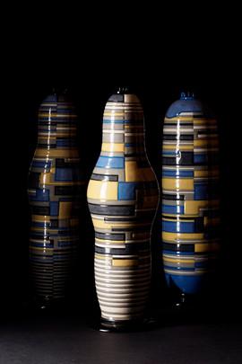 青・黄・黒・灰色の横縞立壺