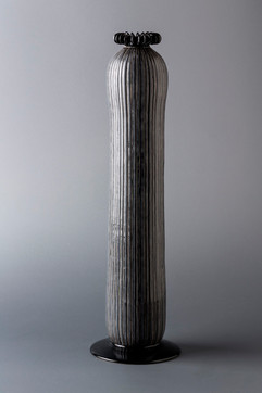 黒い輪の冠をもつ黒縦縞立壺