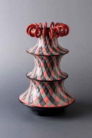 赤い輪の冠をもつ三段の壺