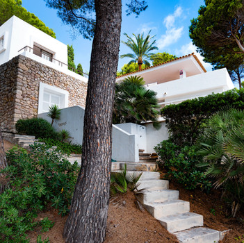 Steps from the pool side to the beach