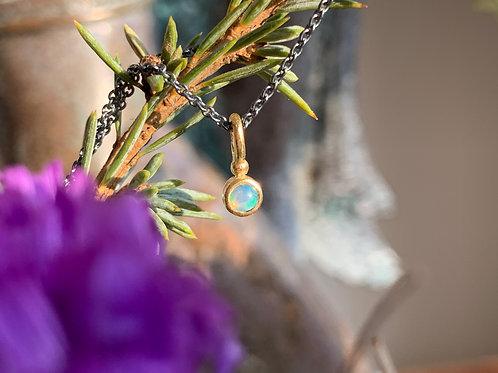 Opal funkelnd in den Farben des Regenbogens