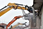 traktor förstöra byggnad