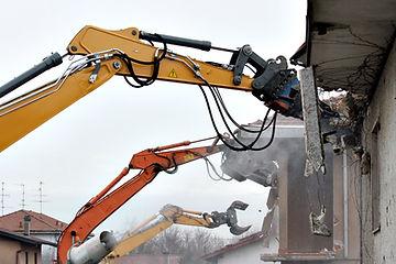 trattore edificio distruggendo