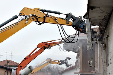 traktor ničit budovy