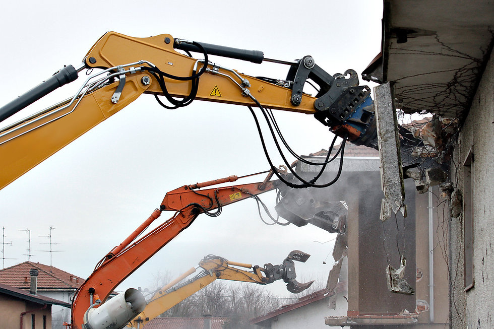 трактор разрушив здание