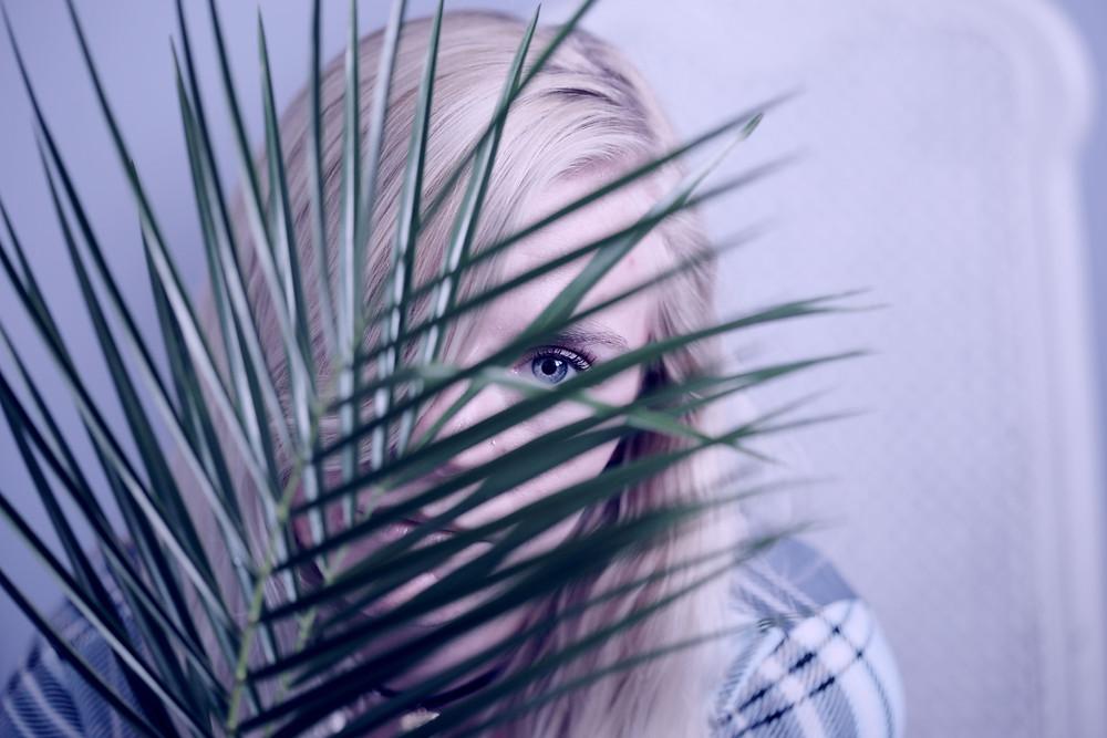 Persona tímida escondida. La timidez nos hace intentar pasar desapercibidos