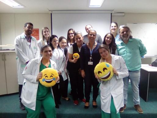 """Rir cura! """"Anjo do Riso"""" leva gargalhadas para Hospital em Curitiba"""