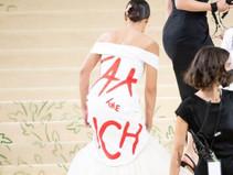 """Alexandra Ocasio-Cortez, deputada americana, defende """"taxar ricos"""" em vestido, no Met Gala"""
