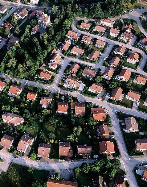 Lotissement vue de haut avec jardins