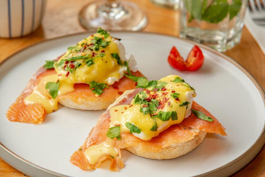 egg benedict on smoked salmon
